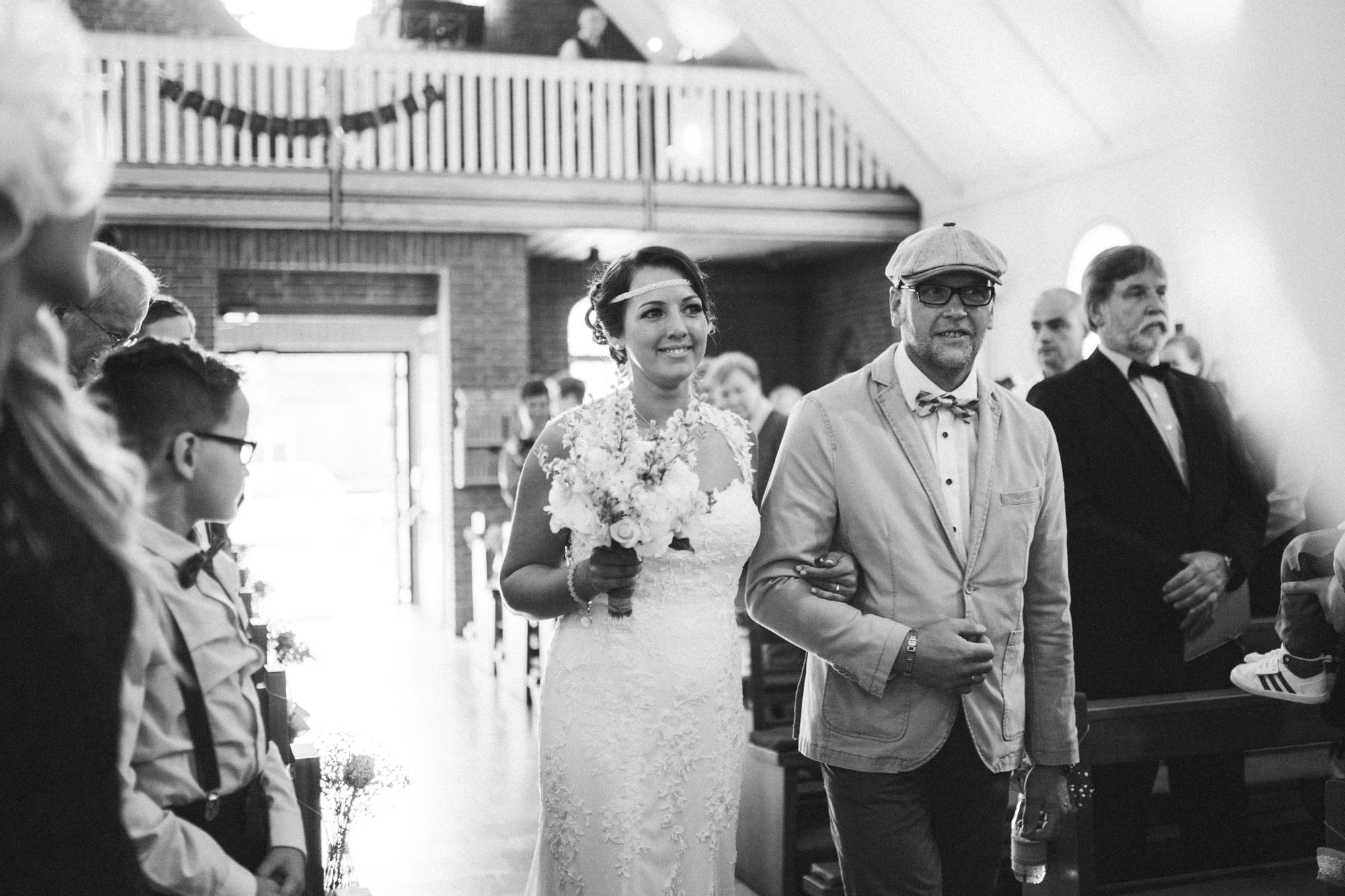 Schwarz-Weiß-Foto, Einmarsch der Braut mit Vater - Hochzeitsreportage Petersøn