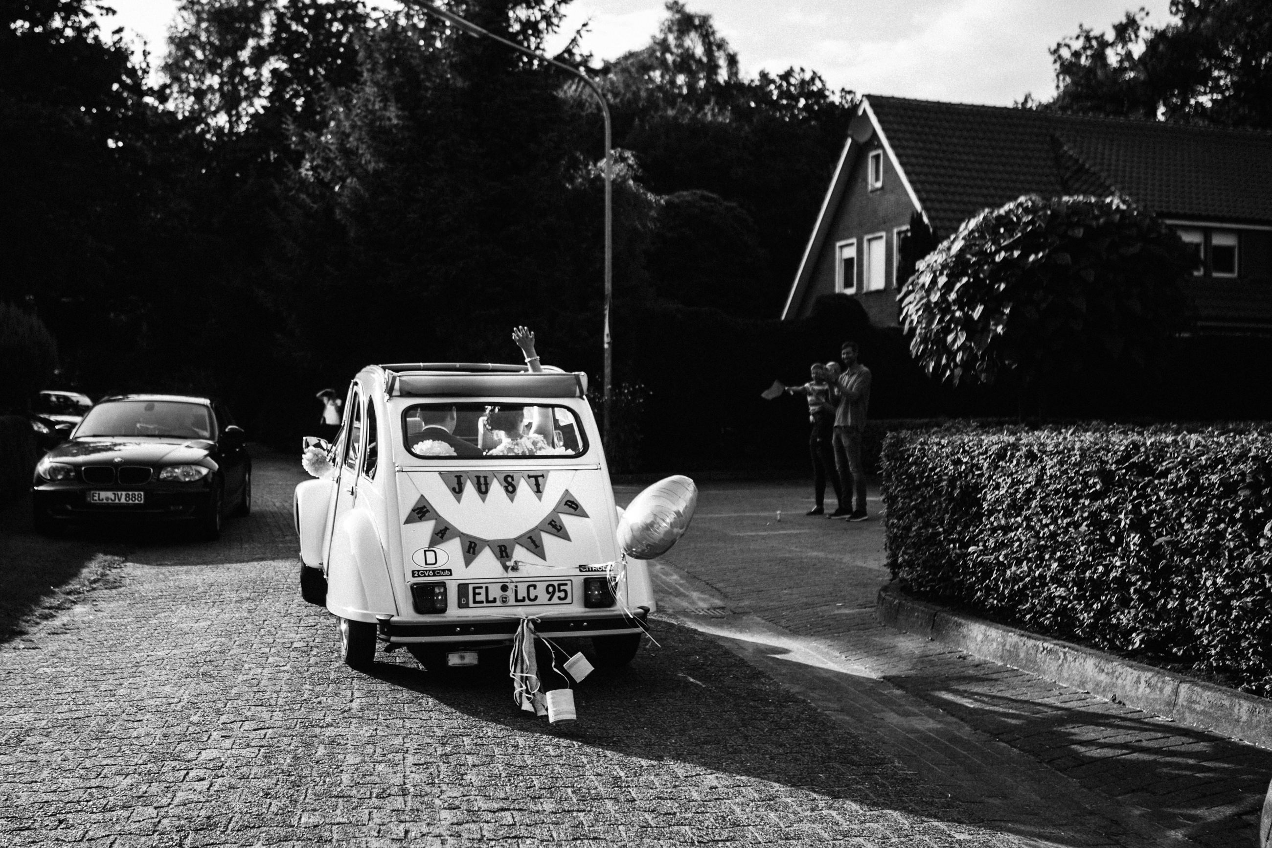 Ausfahrt im Hochzeitsauto - Authentische Hochzeitsreportage in Niedersachsen - PETERSØN